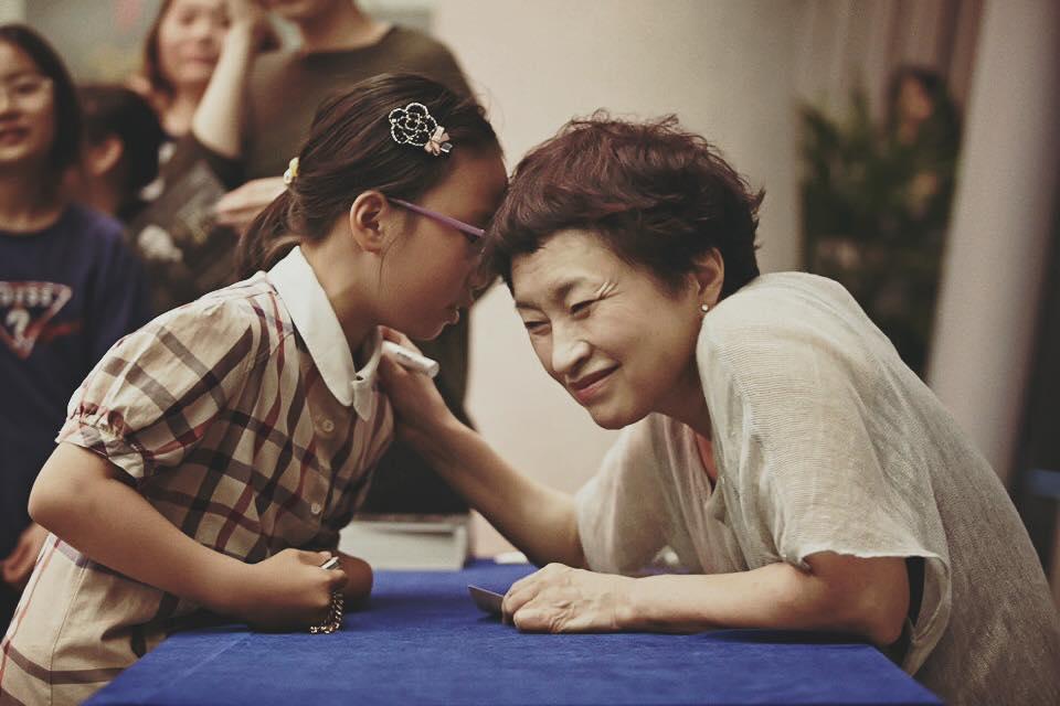 Kyung Wha Chung with a young student © Guri Arts Hall